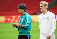 Bundestrainer Joachim Loew (Deutschland Germany) und Julian Brandt (Deutschland Germany) - 12.10.2018: Abschlusstraining der Deutschen Nationalmannschaft vor dem UEFA Nations League Spiel gegen die Niederlande