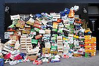 Afval op de Albert Cuyp na sluitingstijd van de markt