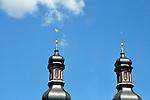 Zwiebelturmzwillinge der spätbarocken Kirche St. Peter in Mainz vor blauem Himmel