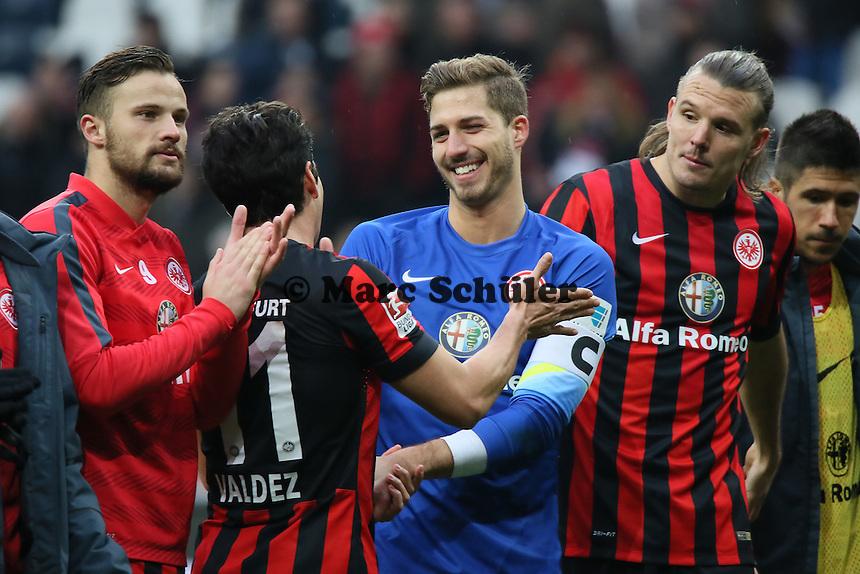 Haris Seferovic, Nelson Valdez, Kevin Trapp und ALex Meier beim Schlussjubel - Eintracht Frankfurt vs. SC Paderborn 07, Commerzbank Arena