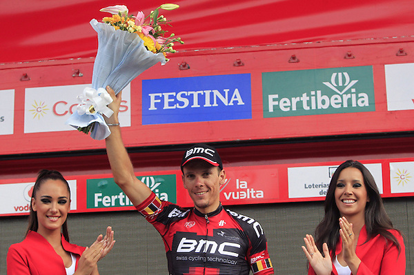 DEP28. LA LASTRILLA (SEGOVIA), 07/09/2012.- El belga Philippe Gilbert, del BMC, en el podio tras imponerse en la decimonovena etapa de la Vuelta Ciclista a España, disputada entre Peñafiel y La Lastrilla (Segovia), de 183,4 kilómetros, en la que el español Alberto Contador (Saxo Bank) mantuvo el maillot rojo de líder. EFE/José Manuel Vidal