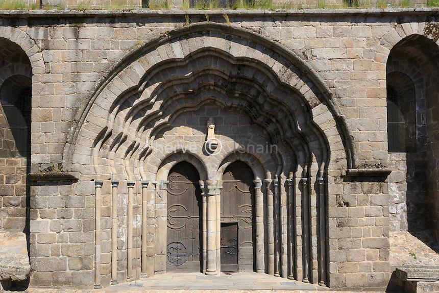 France, Haute-Vienne (87), le Dorat, la collégiale Saint-Pierre du Dorat, le portail polylobé // France, Haute Vienne, le Dorat, Saint Pierre du Dorat church, portal