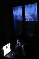 Giovane al computer.Young man at computer.
