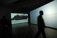 4415 /  MoMA: AMERIKA, VEREINIGTE STAATEN VON AMERIKA, NEW YORK, (AMERICA, UNITED STATES OF AMERICA), 02.09.2006: Museum of Modern Art, Vidio Installation von Douglas Gordon, Timeline,