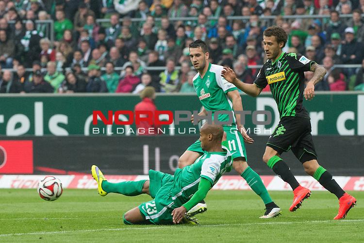 16.05.2015, Weser Stadion, Bremen, GER, 1.FBL. Werder Bremen vs Borussia Moenchengladbach, im Bild<br /> <br /> Theodor Gebre Selassie (Bremen #23)<br /> Levin &Ouml;ztunali / Oeztunali (Bremen #11)<br /> <br /> Foto &copy; nordphoto / Kokenge