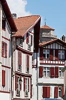 Europe/France/Aquitaine/64/Pyrénées-Atlantiques/Pays-Basque/Saint-Jean-de-Luz: Maisons rue Mazarin et clocher de l'église Saint-Jean-Baptiste