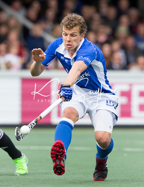 AMSTELVEEN -  Constantijn Jonker van Kampong  tijdens de tweede halve finalewedstrijd in de Play offs tussen Amsterdam en  Kampong . Zondag volgt een beslissingswedstrijd. COPYRIGHT KOEN SUYK