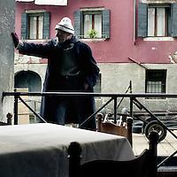 Venezia: un uomo a lavoro..Venice: a man at work