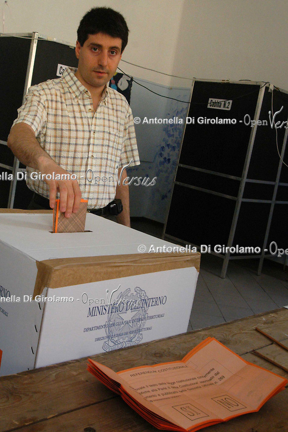 Il secondo referendum costituzionale della storia della Repubblica Italiana si è svolto il 25 e 26 giugno 2006. .The second constitutional referendum in the history of the Italian Republic was held on 25 and 26 June 2006....