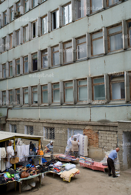 REPUBLIC OF MOLDOVA, Gagauzia, Comrat, 2009/06/26..The stalls of the bazaar extend to the foot of the dilapidated homes of the Soviet era..© Bruno Cogez / Est&Ost Photography..REPUBLIQUE MOLDAVE, Gagaouzie, Comrat, 26/06/2009..Les etales du bazar s'etendent jusqu'au pied des habitations vetustes de l'epoque sovietique..© Bruno Cogez / Est&Ost Photography