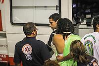 SAO PAULO, SP, 11 FEVEREIRO 2013 - CARNAVAL SP  UESP -  DESFILE TUP - Integrante da escola de samba TUP cai do carro alegorico durante desfile das escolas da UESP na noiote desta segunda feira (11) no sambodromo do anhembi. FOTO ALE VIANNA - BRAZIL PHOTO PRESS.