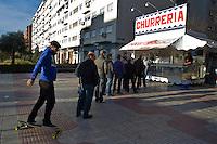 Gente in fila in un chiosco di churros, tipico dolce spagnolo.