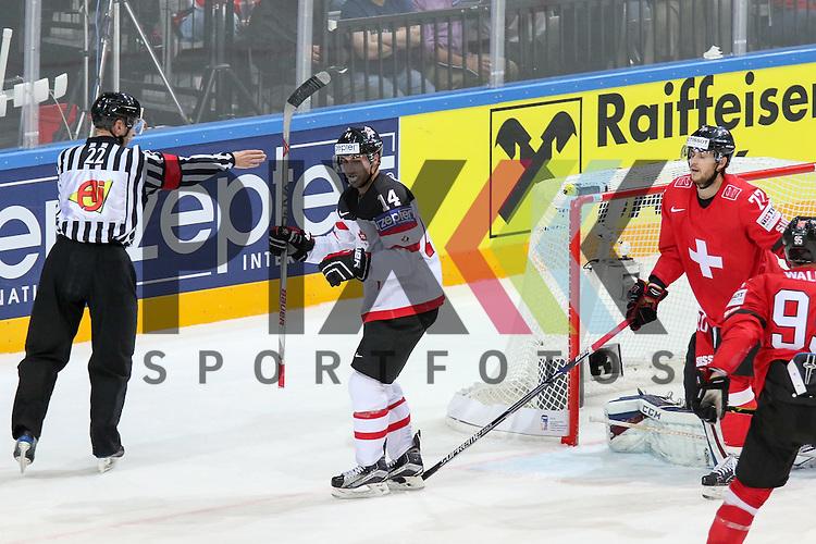 Canadas Eberle, Jordan (Nr.14) schiebt den Abpraller ins Tor, Tor Kanada gegen Schweizs Bera, Reto (Nr.20)  im Spiel IIHF WC15 Schweiz vs. Canada.<br /> <br /> Foto &copy; P-I-X.org *** Foto ist honorarpflichtig! *** Auf Anfrage in hoeherer Qualitaet/Aufloesung. Belegexemplar erbeten. Veroeffentlichung ausschliesslich fuer journalistisch-publizistische Zwecke. For editorial use only.