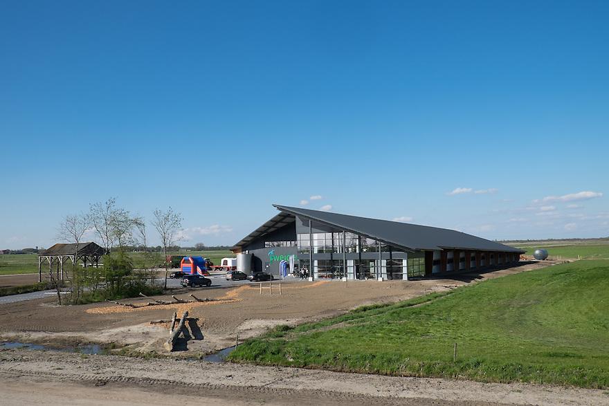 Nederland, Zwartsluis, 2 mei 2015<br /> Natuurboerderij Weidevol. Biologisch melkveebedrijf. <br /> Er is een geheel nieuwe stal gebouwd, maar er zijn ook vergaderzalen en feestzalen. Hier vindt agrarisch ondernemen plaats.<br /> Foto: Michiel Wijnbergh