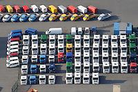LKW Angebot: EUROPA, DEUTSCHLAND, HAMBURG, (EUROPE, GERMANY), 24.02.2009: Angebot Verkauf von neuen und gebrauchten Lastkraftwagen, Export,  Reihe, warten, anstehen, Abtransport, voll, belegt, Parkplatz, Raumnot, Lager, Logistik, CO2, Benzin, Diesel, Treibstoff, Schlange, Daecher,  weiss, Autos, LKW, aufgereiht, Reihen, hintereinander, warten, Wirtschaft, Luftbild, Luftansicht, Luftaufnahme, Auto, Absatz, Kriese, Parkplatz, Halde,