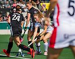 AMSTELVEEN - Laura Nunnink (OR) aan de bal  tijdens de hoofdklasse competitiewedstrijd hockey dames,  Amsterdam-Oranje Rood (5-2). links  Eva de Goede (A'dam)  en Marijn Veen (A'dam) . COPYRIGHT KOEN SUYK