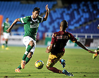 CALI - COLOMBIA -10-04-2014: Cristian Marrugo (Izq.) jugador de Deportivo Cali disputan el balón con Wilmar Barrios (Der.) jugador de Deportes Tolima durante  partido Deportivo Cali y Deportes Tolima por la fecha 16 de la Liga Postobon I 2014 en el estadio Pascual Guerrero de la ciudad de Cali. / Cristian Marrugo (L) player of Deportivo Cali fights for the ball with Wilmar Barrios (R) players of Deportes Tolima during a match between Deportivo Cali and Deportes Tolima for the date 16th of the Liga Postobon I 2014 at the Pascual Guerrero stadium in Cali city. Photo: VizzorImage / Luis Ramirez / Staff.