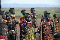 KENYA Turkana, Turkana tribe, praying women after food distribution / KENIA, Turkana Region, Kakuma, hier leben die Turkana ein nilotisches Volk, Frauen bei einem Gebet nach Verteilung von Nahrungsmitteln