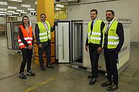 Miriam Götz, Dominik Metzger, Thilo Specht und Halim Boustani im pharmazeutichen Kühllager bei DHL mit einem Envirotainer
