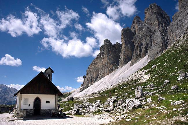 Dolomiti, TRE CIME DI LAVAREDO, le Tre Cime sono le vette più famose delle Dolomiti, un mito nel mondo dell'alpinismo. Sono raggiungibili da Misurina come dalla Valle di Sesto e regalano una visione mozzafiato, spalancandosi davanti agli occhi, dal Rifugio Locatelli..Esse si ergono miracolosamente compatte, armonicamente allineate, splendide per forme e colori sul grande piedestallo coperto da bianche colate di ghiaie..Delle Tre Cime, la più alta è la Grande, ossia la centrale (2999 m), la seconda è la Cima Ovest (2973 m); la Cima Piccola è più bassa, ma è la più elegante per lo slancio delle forme, tra cui spicca quella dello Spigolo Giallo, alpinisticamente molto famoso..26/07/2007