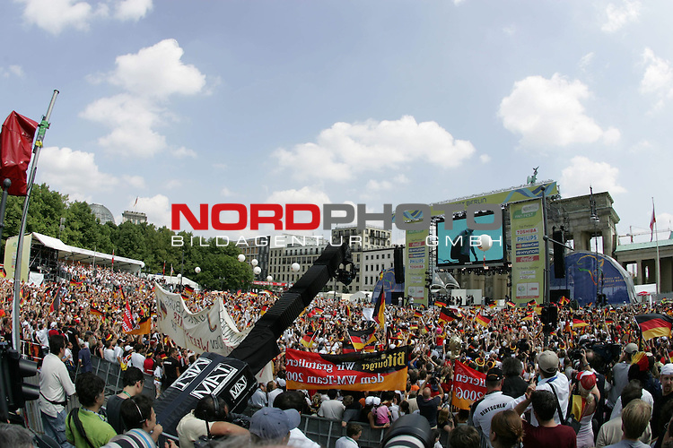 FIFA WM 2006 - Feature Fanmeile Berlin<br /> Verabschiedung der Deutschen Nationalmannschaft.<br /> Supporters from Germany celebrate the german national team at Brandenburger Tor in Berlin after the World Cup.<br /> Foto &copy; nordphoto