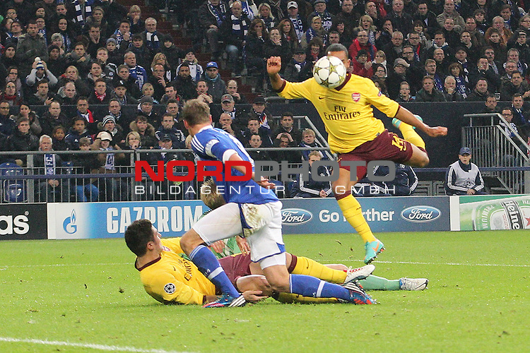 06.11.2012, VELTINS Arena, Gelsenkirchen, Deutschland, UEFA Champions League, Pool / Gruppe B, FC Schalke 04 (GER) vs. Arsenal FC London (GBR), im Bild <br /> Tor zum 0:1 durch Theo Walcott (Arsenal #14) gegen Lars Unnerstall (Torwart Schalke), Benedikt H&ouml;wedes / Hoewedes (Schalke #4)<br /> <br /> Foto &copy; nph / Mueller *** Local Caption ***
