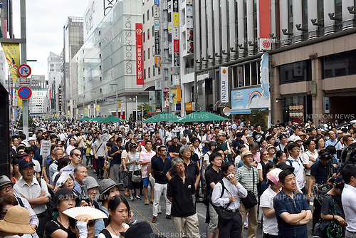 July 24, 2016, Tokyo, Japan - Holiday goers and Sunday shoppers stop and listen to Japans free journalist Shuntaro Torigoe deliver his speech at Tokyos bustling Ginza Street on July 24, 2016, in his last week of campaigning for the July 31 gubernatorial election. With the voting date one week away, Torigoe, 76, who has the backing from four opposition parties, is trailing former Defense Minister Yuriko Koike in the race according to latest surveys. (Photo by Natsuki Sakai/AFLO) AYF -mis-