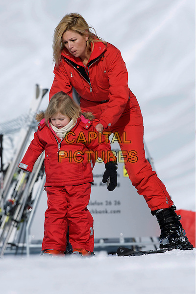 ROYALS.Crown Princess Maxima of Holland, the Netherlands, daughter of Princess Alexia, winter vacation in Lech am Arlberg, Austria..February 16th, 2009.full length family snow kids children red mother mom mum royalty.CAP/PPG/JH.©Jens HartmannPeople Picture/Capital Pictures