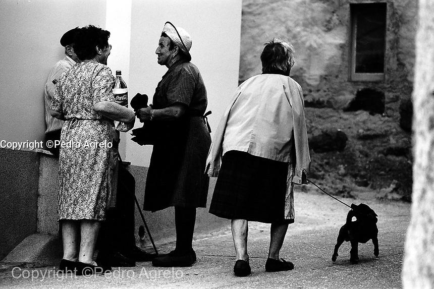 Archivo analógico. Mujeres en una calle del pueblo Estaca de Vares, después de ir a la fuente.