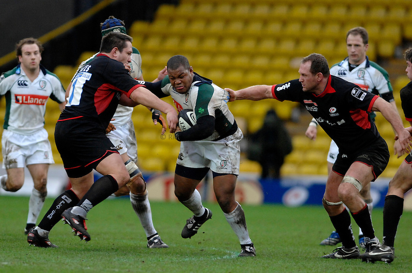 Photo: Richard Lane. .Saracens v London Irish. Guinness Premiership. 28/01/2007. .Irish's Steffon Armitage attacks Saracens' Kevin Yates and Richard Hill.