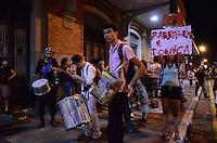 SAO PAULO, 05 DE JULHO DE 2012 - MANIFESTACAO BELO MONTE SP - Ativistas do movimento Acampa Sampa Ocupa Sampa em manifestacao de apoio a causa da população que sofre com a construção da hidrelétrica Belo Monte, em frente ao Departamento Estadual de Ordem Política e Social de São Paulo (DEOPS), onde hoje está instalado o Museu da Resistência, na Luz, regiao central da capital no inicio da noite desta quinta feira. Os manifestantes fecharam a rua Brigadeiro Tobias onde, sentados no asfalto, assitiram um video projetado. FOTO: ALEXANDRE MOREIRA - BRAZIL PHOTO PRESS