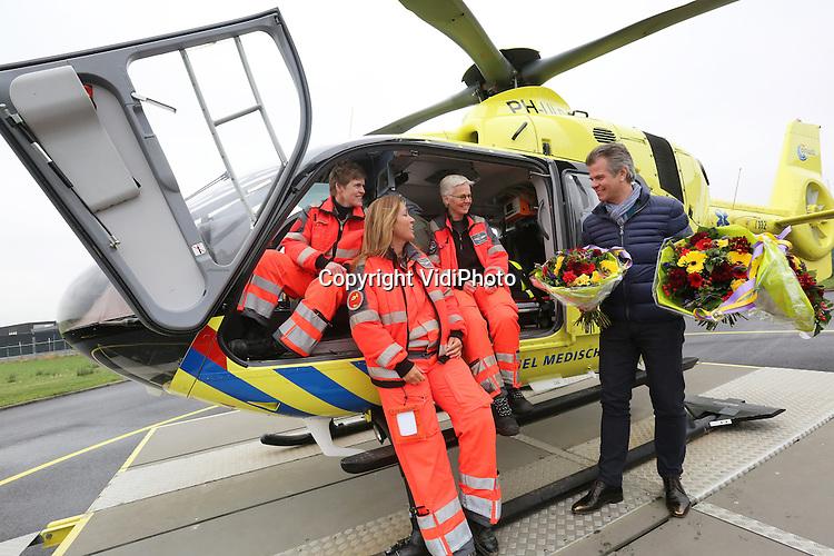 Foto: VidiPhoto<br /> <br /> ROTTERDAM &ndash; De vier Nederlandse traumaheli&rsquo;s zijn vorig jaar bijna 8000 keer uitgerukt, een nieuw record. Dat is 22 keer per dag. Mede om die reden werden de teams vrijdag in de bloemen gezet, zoals hier op Rotterdam The Hague Airport. De hulpverleners kregen van Fleurop-directeur Jeroen de Zwart de eerste Valentijnsboeketten uitgereikt als blijk van waardering voor hun werk. De traumateams staan 365 dagen per jaar, 24 uur per dag paraat om bij ernstige ongevallen naar de plaats des onheils te vliegen en medische bijstand te verlenen. De Zwart: &ldquo;Valentijnsdag in Nederland gaat tegenwoordig niet uitsluitend over passionele liefde. In toenemende mate is 14 februari de dag om waardering voor mensen te uiten en hen eens extra in het zonnetje te zetten.&rdquo; Fleurop geeft het goede voorbeeld en zet de Nederlandse mobiele traumateams in de bloemen omdat zij dagelijks levensreddend werk verrichten onder vaak moeilijke omstandigheden. Behalve in Rotterdam, zijn ook de leden van de mobiele traumateams in Groningen, Amsterdam en Volkel in de bloemen gezet. Fleurop verwacht komende zondag, Valentijnsdag, in Nederland een record aantal boeketten te bezorgen. V.l.n.r. Amanda Tijben (pilote), Petra Landa (verpleegkundige), Patricia Gerritsen (arts) en Jeroen de Zwart.