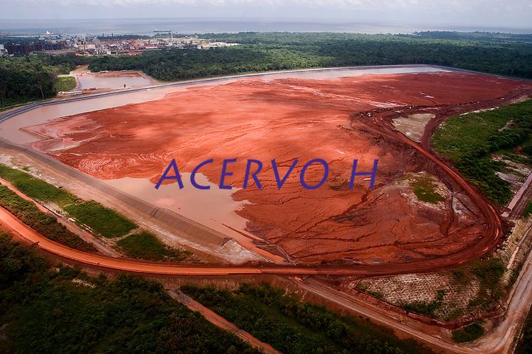 Depósito de rejeitos do refino da bauxita para alumina.<br /> Barcarena, Pará, Brasil.<br /> Foto: ©Paulo Santos<br /> 2006