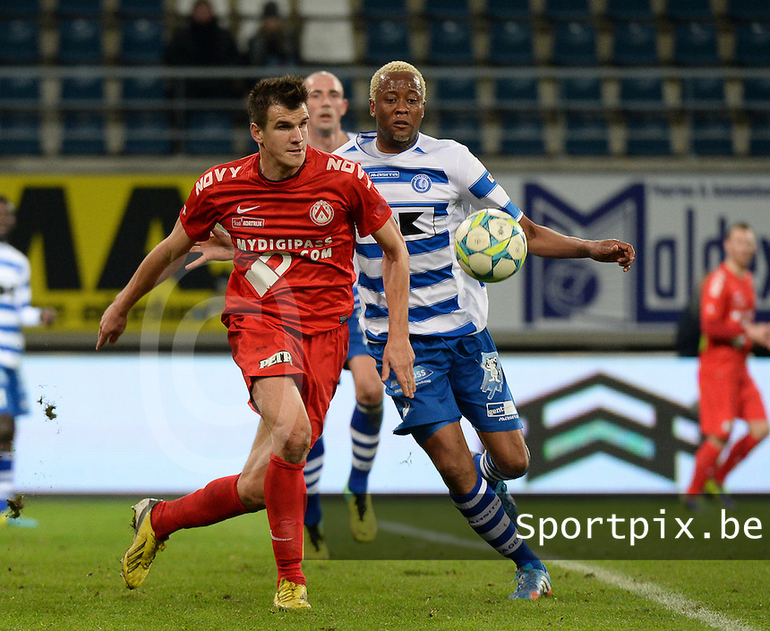 AA Gent - KV Kortrijk : duel tussen Ivan Santini (links) en Valery Nahayo (rechts)<br /> foto VDB / Bart Vandenbroucke