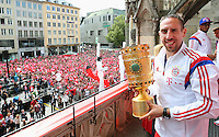 FUSSBALL  DFB POKAL FINALE  SAISON 2013/2014  18.05.2014 Der FC Bayern Muenchen feiert auf dem Rathausbalkon am Muenchner Marienplatz, Franck Ribery mit DFB Pokal