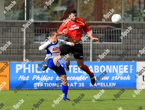 2010-09-26 / Voetbal / seizoen 2010-2011 / Kapellen - Temse / Christof Maes in duel met Hamza Rizki (r, Kapellen)..Foto: Mpics