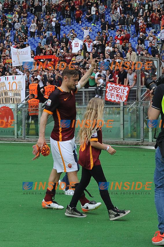Francesco Totti sotto la curva.<br /> Roma 8-05-2016  Stadio Olimpico<br /> Campionato Serie A,<br /> AS Roma - Chievo<br /> Foto Antonietta Baldassarre / Insidefoto