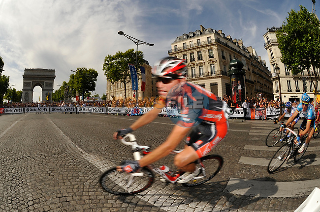 Riders round the hairpin bend beneath the Arc de Triomphe at the end of the Champs Elysee during the final stage 21 from Montereau to Paris in the 2009 Tour de France, 26th July 2009 (Photo by Eoin Clarke/NEWSFILE)