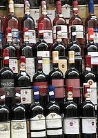 Italy, Veneto, Lake Garda, Bardolino: bottles of wine | Italien, Venetien, Gardasee, Bardolino: Weinflaschen