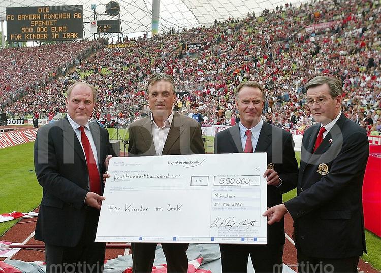 FUSSBALL 1. Bundesliga Saison 2002/2003  33. Spieltag FC Bayern Muenchen - VfB Stuttgart Spendenaktion des FCB ; Uli Hoeness, Draxler (Bild) Karl-Heinz Rummenigge und Karl Hopfner
