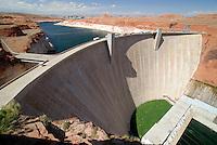 4415 / Lake Powell: AMERIKA, VEREINIGTE STAATEN VON AMERIKA, ARIZONA,  (AMERICA, UNITED STATES OF AMERICA), 15.05.2006: Lake Powell, Glen Canyon Dam, Staudamm , Wasserkraft , Wasserkraftwerk , Wasser , Staumauer , Energie , GLEN CANYON DAM bei der Stadt PAGE. Seit 1963 staut die 216 m hohe Staumauer des Glen Canyon Damms den COLORADO RIVER. Der so angestaute LAKE POWELL hat eine max. Groesse von 68.900 ha und ein Laenge von 299 Kilometer - mitten in der Wueste des Colorado-Hochplateaus. Der Staudamm dient der Wasserregulierung, Wasserversorgung und der Gewinnung elektrischer Energie