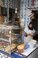 Afrique/Afrique du Nord/Maroc/Fèz: Femme cuisinant dans un petit restaurant vente à emporter de la médina de Fèz-El-Bali