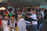 Public Viewing auf dem Marktplatz am Ratskeller, Siegesjubel nach dem 2:1