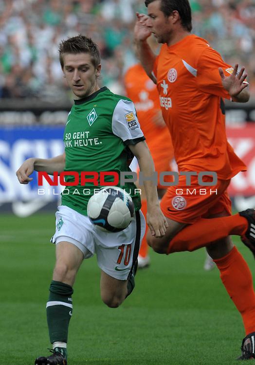 FBL 09/10  07. Spieltag Hinrunde / Weser Stadion<br /> Werder Bremen - Mainz05<br /> <br /> Marko Marin ( Bremen GER #10 ) gegen Andr&eacute; Sch&uuml;rrle (Mainz #04)<br /> <br /> Foto &copy; nph ( nordphoto )