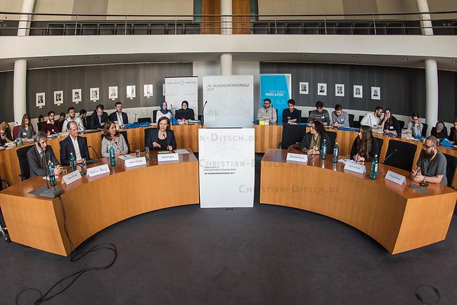 Bundeskonferenz der &quot;Jungen Islam Konferenz&quot; (JIK) vom 24. bis 26. Maerz 2017 in Berlin.<br /> Ca. 50 Junge Menschen verschiedener Religionen trafen sich zu der Bundeskonferenz im Deutschen Bundestag.<br /> Am Eroeffnungstag sprach die Staatsministerin fuer Integration, Aydan Oezoguz (SPD) zu den Konferenz-Teilnehmern.<br /> Im Bild: Tarek Muendelein, Projektmanager der JIK<br /> 24.3.2017, Berlin<br /> Copyright: Christian-Ditsch.de<br /> [Inhaltsveraendernde Manipulation des Fotos nur nach ausdruecklicher Genehmigung des Fotografen. Vereinbarungen ueber Abtretung von Persoenlichkeitsrechten/Model Release der abgebildeten Person/Personen liegen nicht vor. NO MODEL RELEASE! Nur fuer Redaktionelle Zwecke. Don't publish without copyright Christian-Ditsch.de, Veroeffentlichung nur mit Fotografennennung, sowie gegen Honorar, MwSt. und Beleg. Konto: I N G - D i B a, IBAN DE58500105175400192269, BIC INGDDEFFXXX, Kontakt: post@christian-ditsch.de<br /> Bei der Bearbeitung der Dateiinformationen darf die Urheberkennzeichnung in den EXIF- und  IPTC-Daten nicht entfernt werden, diese sind in digitalen Medien nach &sect;95c UrhG rechtlich geschuetzt. Der Urhebervermerk wird gemaess &sect;13 UrhG verlangt.]