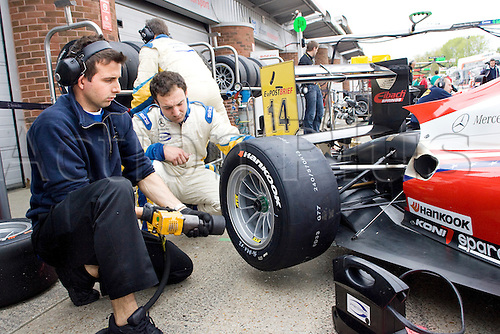 18.05.2012 Brands Hatch, England. Formula 3 Euro Series, Michael Lewis' (USA) mechanics fit fresh tyres during Friday's FP1.