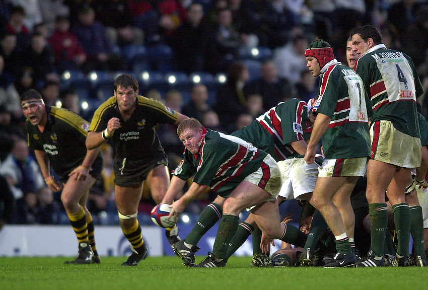 Photo. Richard Lane.London Wasps v Leicester Tigers at Adams Park. Zurich Premiership. 27/12/2002.Dorian West gets the ball away.