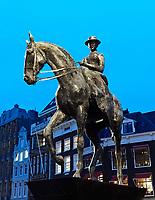 Nederland - Amsterdam -  2018.  Beeld van Koningin Wilhelmina op het Rokin.  Foto Berlinda van Dam / Hollandse Hoogte
