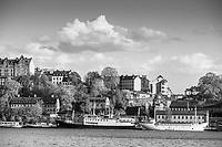 Gamla hus och  fartyg vid Mariaberget vid Södermälarstrand på Södermalm i Stockholm i svartvitt.