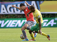 BOGOTÁ -COLOMBIA, 14-01-2015. Giovanny Lopez (Izq) jugador del Deportes Quindio disputa el balón con Jair Palacios (Der) jugador de Atlético Bucaramanga durante partido por la fecha 1 de los cuadrangulares de ascenso Liga Águila 2015 jugado en el estadio Metropolitano de Techo de la ciudad de Bogotá./ Giovanny Lopez (L) player of Deportes Quindio vies for the ball with Jair Palacios (R) player of Atletico Bucaramanga during the match for the first date of the promotion quadrangular of the Aguila League 2015 played  at Metropolitanos de Techo stadium in Bogota city. Photo: VizzorImage/ Gabriel Aponte / Staff